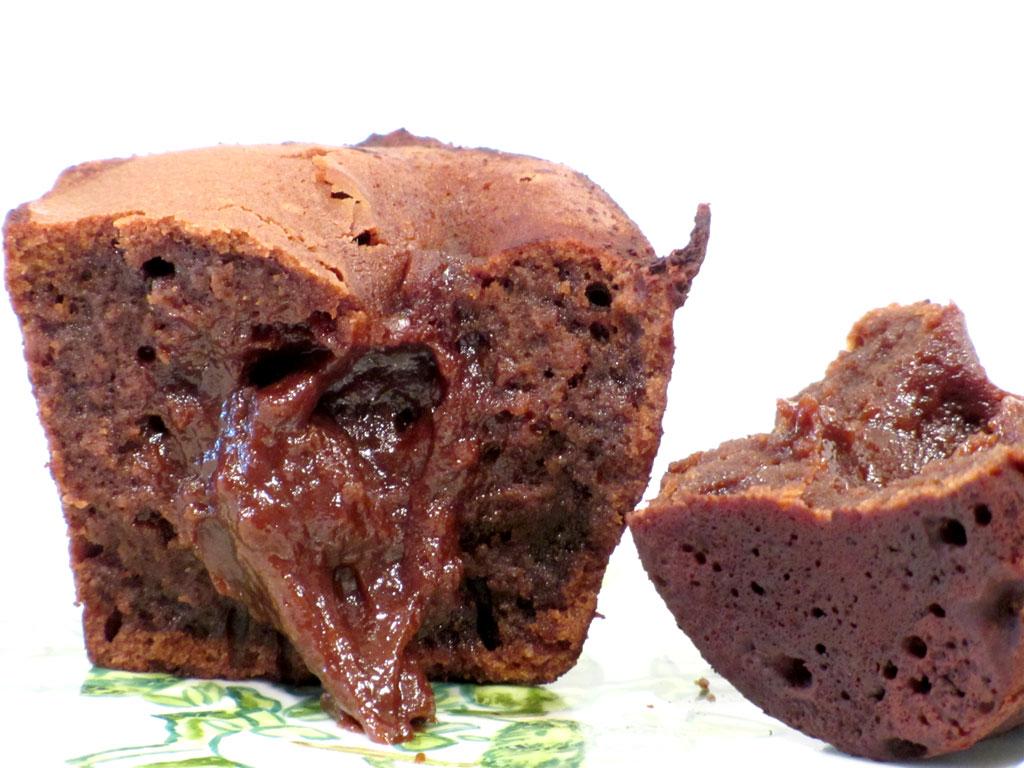 chokoladekage med flydende chokolade i midten